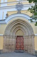 Vstupní portál kostela Nanebevzetí Panny Marie.