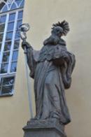 Socha sv. Prokopa před kostelem.