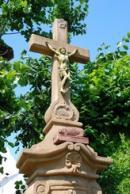 Křížek na návsi ve Vestci.