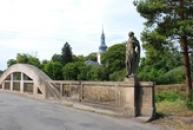 Most se sochami živlů, v pozadí kostel sv. Jiljí.