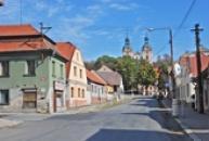 Husova ulice pod barokním kostelem sv. Havla.