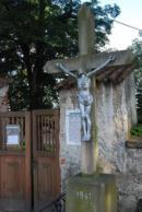Kříž u vchodu do kostela.