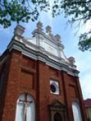Pohled na průčelí kostela sv. Petra a Pavla.