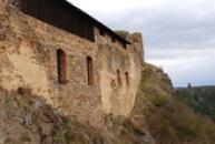 Obvodové zdi hradu Ḱrašova.