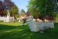 Sochy ze džbánské opuky v parku.