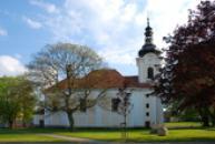 Pohled na barokní kostel Všech svatých.