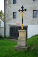 Křížek u kapličky.
