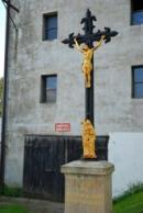 Křížek u kapličky v Janově.