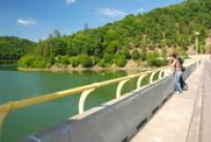 Hráz přehrady.