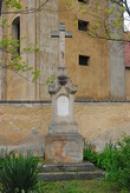 Kříž u kostela.