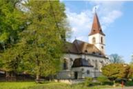 Kostel sv. Markéty postavený ze džbánské opuky.