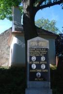 Památník padlých u místní kapličky.
