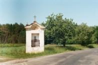 Pohled na kapličku u silnice na Srbeč.