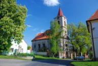 Památník padlých a kostel sv. Kateřiny.