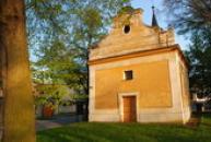 Jednolodní obdélný kostel svatého Martina.