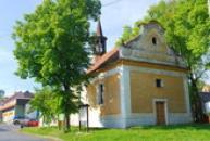 Jednolodní kostel sv. Martina.