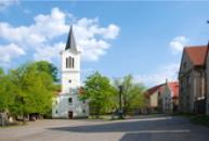 Náves s kostelem sv. Václava.