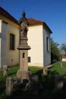Socha Jana Nepomuckého u kostela Narození Panny Marie.
