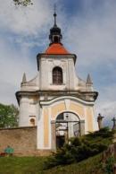 Vstup na zdejší hřbitov a kostel Nanebevzetí Panny Marie.