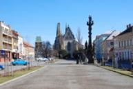 Západní část Husova náměstí.