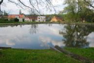 Rybník na zdejší návsi.