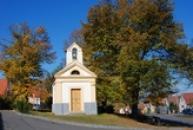Kaple sv. Isidora na místní návsi.