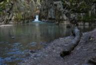 Vodopád ve skalní průrvě.