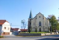 Kostel sv. Jakuba Většího na návsi.