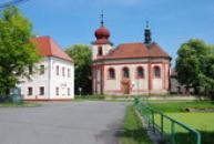 Kostel sv. Mikuláše na návsi.
