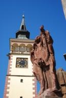 Detail mariánského sloupu na náměstí.