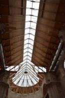Částečně prosklená střecha chrámu.