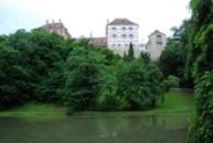 Pohled na zámek z parku.