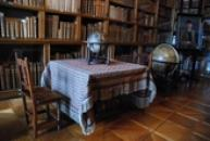 V zámecké knihovně.
