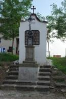 Křížek a kaplička z roku 1832.