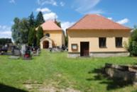 Kostel Narození Panny Marie na hřbitově.