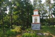 Kaplička nedaleko vísky.