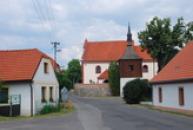 Dřevěná zvonice a kostel Sv. Mikuláše.