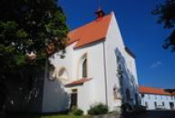 Kostel sv. Martina od náměstí.