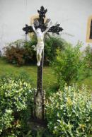 Křížek ve farní zahradě.