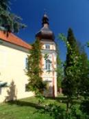 Šestiboká věž v levém nároží.