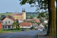 Kostel dominuje městečku.