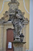 Sedmibolestná Panna Marie u kostela.