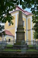 Památník u kostela.