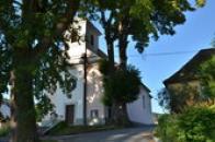 Kostel za korunami stromů.