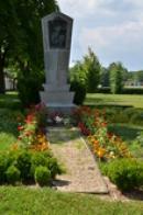 Památník padlých u kláštera.