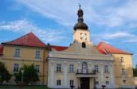 Hlavní portál zámku.
