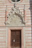 Detail průčelí kostela.