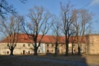 Budovy ve východní části hospodářského dvora.