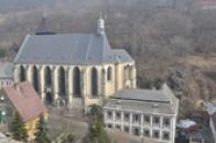 Kostel s farou.