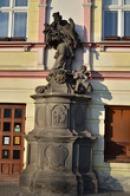 Socha světce na Klášterním náměstí.